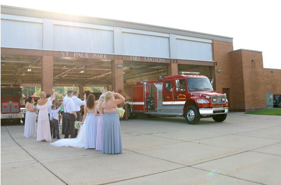 婚礼进行一半 消防员新郎脱掉礼服前往火灾现场