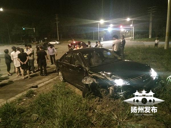 轿车撞车后冲上绿岛致一人受伤 司机很快离开