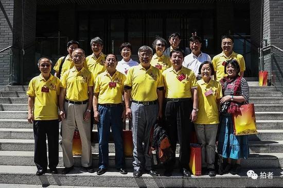 2018年5月3日,北京大学经济系77级2班同学集体合影。新京报记者彭子洋摄