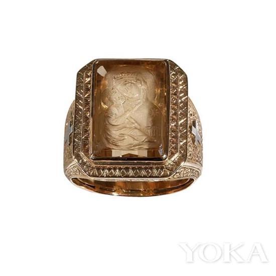 黄水晶浮雕古董戒指。