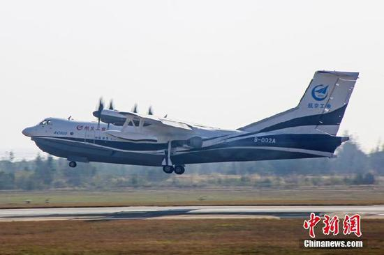 1月24日,中国首款大型灭火/水上救援水陆两栖飞机鲲龙AG600在珠海迎来了第二次试飞。本次飞行进行了性能摸底试飞,并对各系统进行检飞,飞机各系统功能正常,并完成了预定试飞科目,表明飞机已正式转入陆上科研调整试飞阶段。 中新社记者 邓媛雯 摄