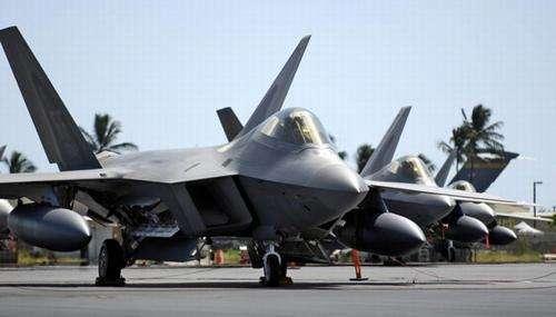为躲避超强台风,美军8架F22战机紧急转场日本