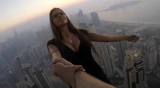 网红单手悬吊摩天大楼外 为寻最美拍照角度