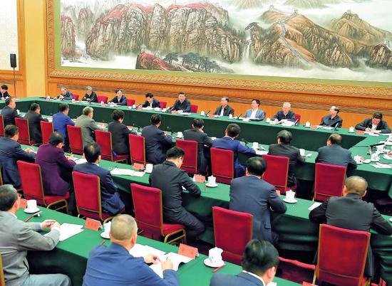 11月1日,中共中央总书记、国家主席、中央军委主席习近平在北京人民大会堂主持召开民营企业座谈会并发表重要讲话。图/新华
