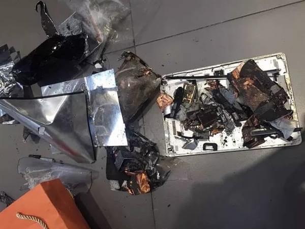iPad半夜充电突然爆炸 桌子烧出黑洞的照片 - 1