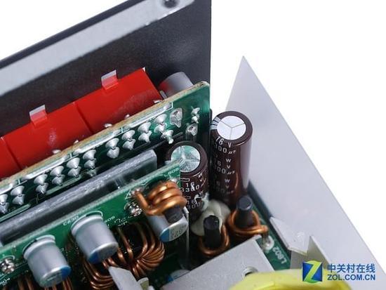 (原标题:航嘉MVP P850拆解:旗舰用料只为性能) 第1页:航嘉MVP P850电源拆解 高端用户对电源有更高的追求,而旗舰产品也就成了这些玩家的最佳选择。旗舰电源往往代表这一个品牌的实力,不仅用料充足,还会有更加丰富的功能,余量也可以轻松应对长时间满载的情况,因而更被高端玩家青睐。