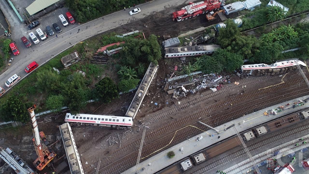 台铁脱轨致18人死 司机未承认全部罪名交11万保释
