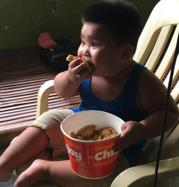 小胖娃伸手抓广告牌上的炸鸡吃,一夜爆红
