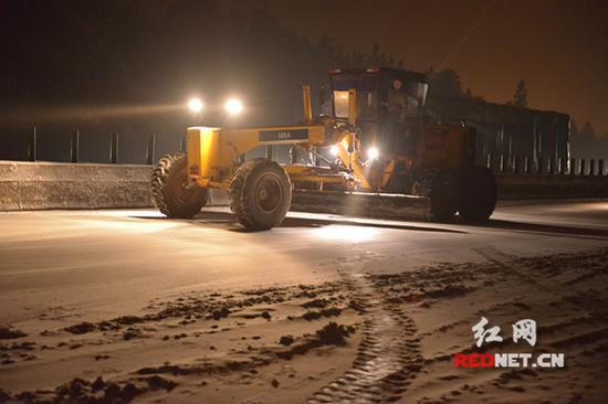 众志成城 鏖战十四小时后京港澳高速主动脉已缓慢通行