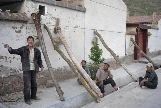 甘肃扶贫搬迁村现危房村民不愿搬 村里动员:给低保