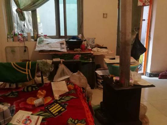 考生的出租房,房间里只放着一张桌和一张床。 王双兴 摄