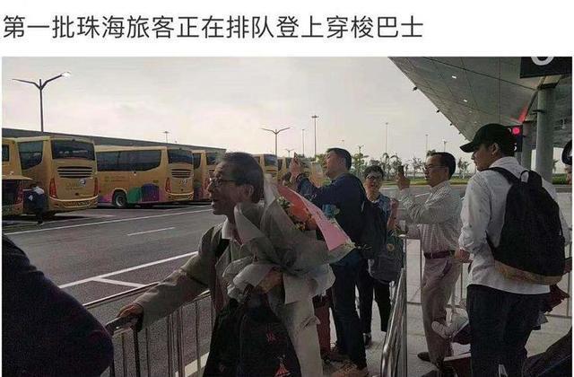 刚刚!正式通车!第一辆穿梭巴士驶上港珠澳大桥