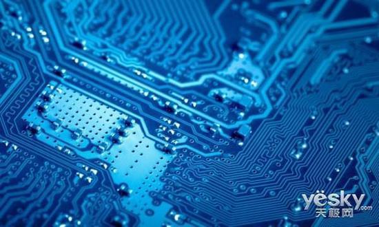 集成电路板 在去年的14nm工艺上,AMD处理器代工厂格罗方德正是向三星购买了14nm FinFET工艺,并在今年年初发布的Ryzen处理器上大获成功。三星7nm技术一旦成熟,AMD也刻意非常快的将制程工艺转进到7nm,因为格罗方德已经放弃了10nm工艺,直奔7nm而去。