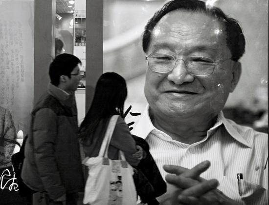 北京图书订货会上作家金庸的巨幅图书广告