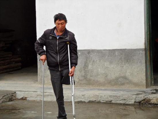独腿老师站三尺讲台40年 送700学子走出大山