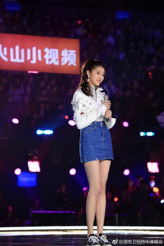关晓彤湖南卫视跨年演唱会表演现场