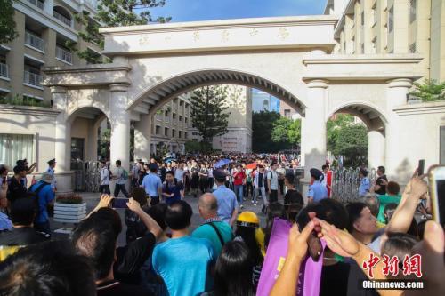 6月8日下午5时,为期两天的2018年全国统一高考在大部分地区落幕。随着考试结束铃声的响起,考生门纷纷走出考场,