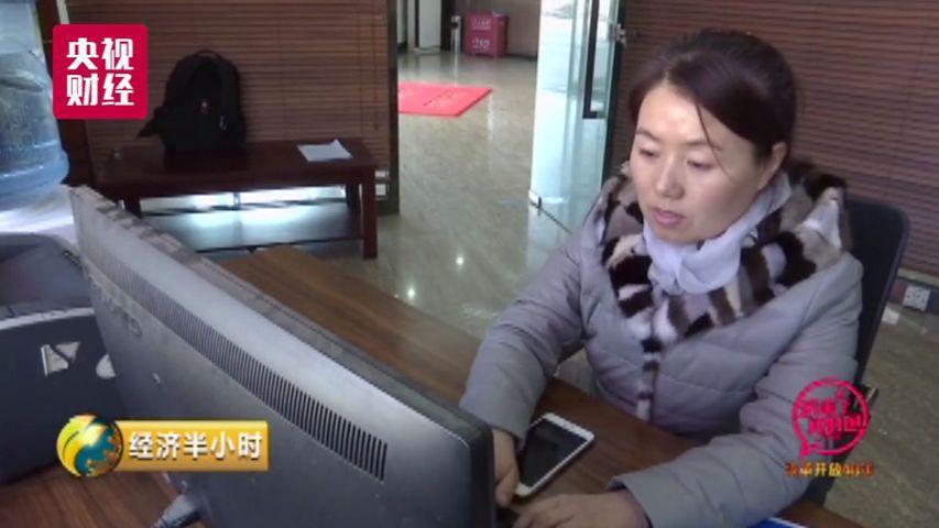 吴艳霞是北京一家集装箱运输公司的经理,2008年开始从事铁路运输行业以来,与父亲一同经历了货运单从手写到电脑打印再到如今的无纸化时代变迁。长期在北京货运中心大红门营业部办理发送业务的她告诉记者,从前办理一单业务需要往返营业厅至少四五次,填写运单、领取货票、程序审批,前前后后二十三个流程,办理一张货运单最快也要半天。2017年11月北京铁路局推广试运行电子货票,所有的流程和审批都可以在网上办理,全程不过几分钟。