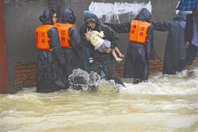 成都迎战暴雨:冲锋舟待命 6.8万摄像头监控全城