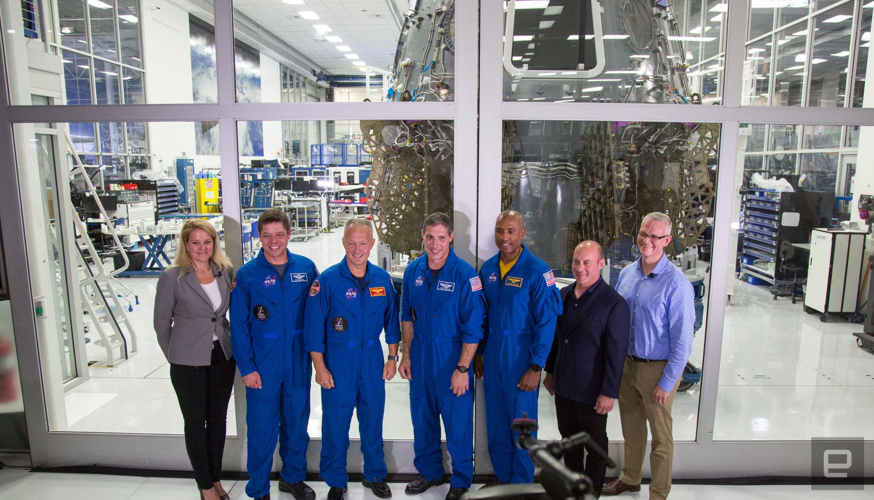 SpaceX公开展示载人飞船 明年有望送宇航员进太空
