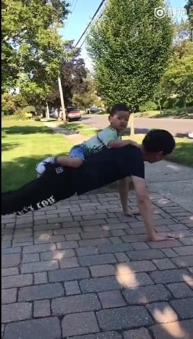 爸爸力MAX!李好背儿子做俯卧撑运动带娃两不误