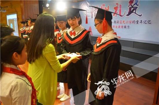 礼赞最美童年 莲光小学毕业生为学弟学妹赠书、写励志寄语