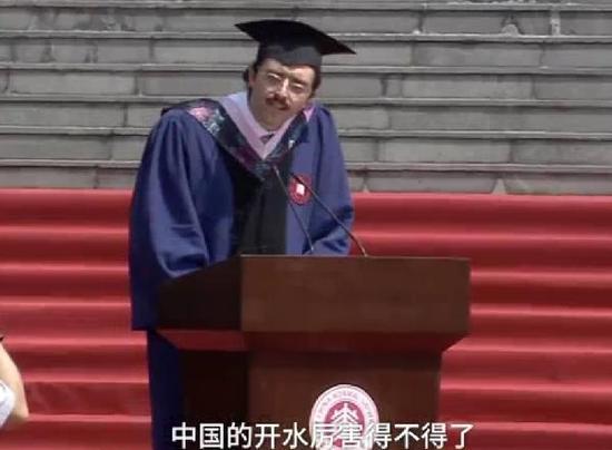 意大利留学生毕业致辞火了:中国开水厉害得不得了