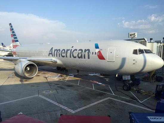 停在芝加哥奥黑尔机场的AA客机图源:Youtube