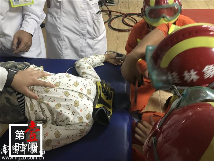 广西7岁熊孩子头部被卡进按摩床床洞 原因竟是这样