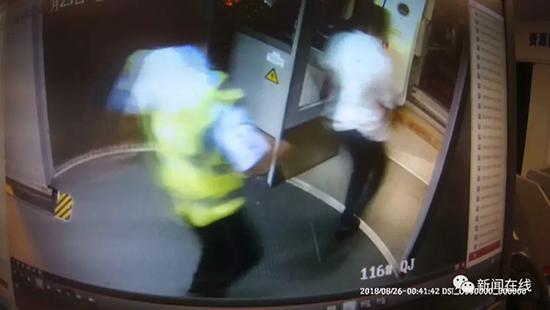 男子硬闯飞机客舱挽留女性朋友 致航班延误被拘