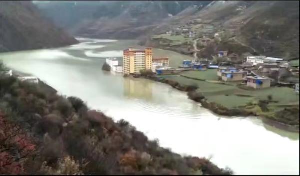 金沙江堰塞湖水位超此前最高值 乡政府大楼被淹