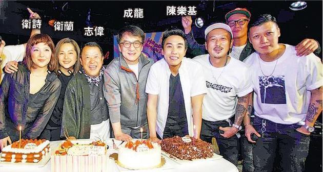 同是4月生日的卫诗、卫兰、志伟、成龙及陈乐基一起切生日蛋糕。
