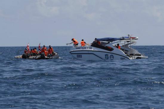 泰国普吉岛翻船事故已致42人遇难,图为现场救援画面.