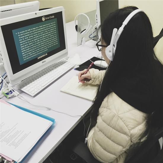 学员进行在线视频学习. 智课教育提供图片