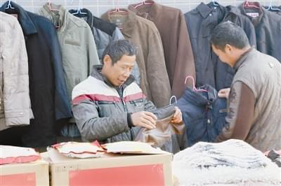 """郑州有面""""爱心墙"""" 过冬衣物免费领"""