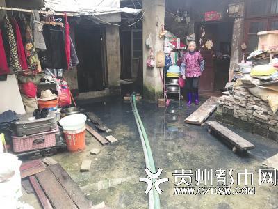 疑因排水管改造?老人家中积水30厘米 回家得穿雨靴
