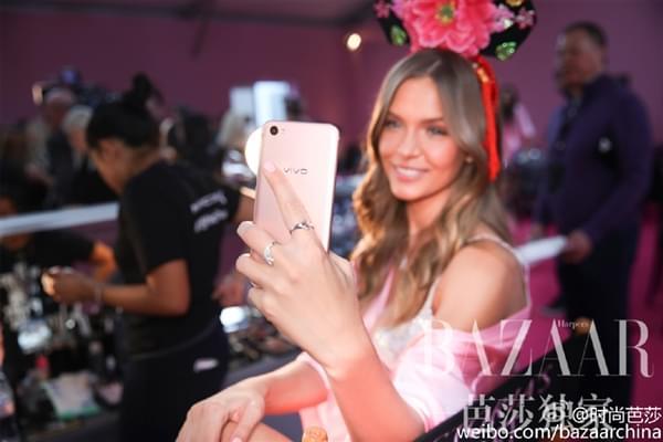 维密超模持国产手机自拍:粉色睡衣诱惑的照片 - 6