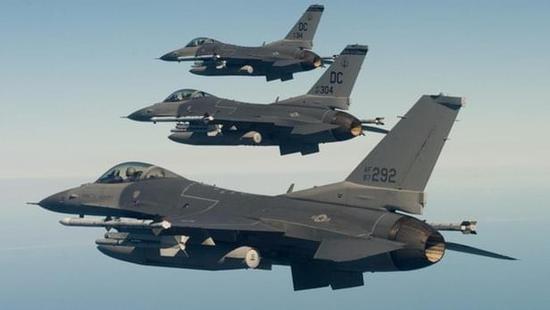 一架f-16无人战斗机将如何与载人飞机协同作战