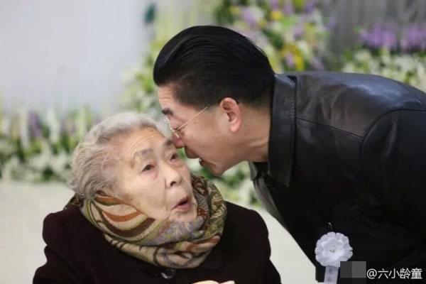六小龄童晒旧照缅怀母亲离世一年:时刻想念您