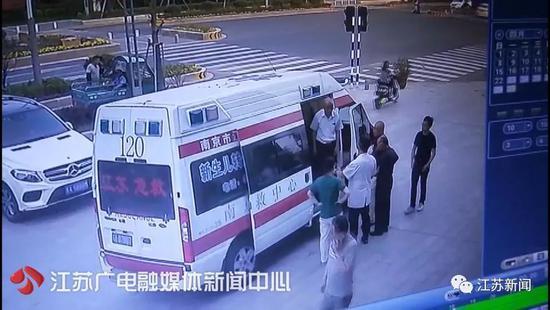 新生儿窒息生命垂危 救护车拉着孩子跑错方向