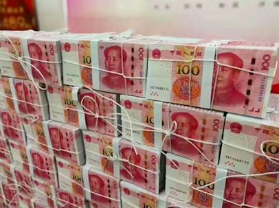 1489万大奖得主露脸领奖 现场钞票摆成一堵墙