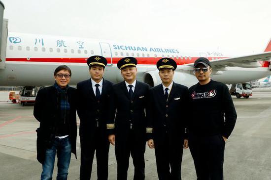 电影《中国机长》导演刘伟强、主演张涵予与中国民航英雄机组合影