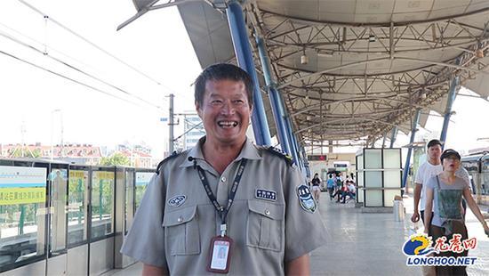 南京地铁保安用流利英文为外国乘客指路 全靠自学