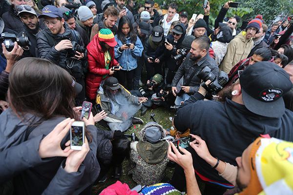 加拿大大麻合法化首日销售点挤满人 政府被指仓促