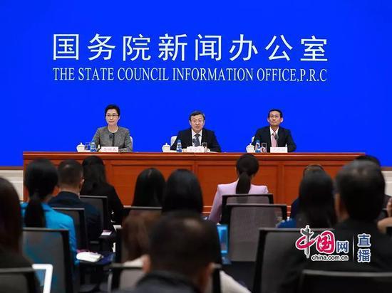 国新办发布会现场(从左至右:袭艳春、商务部副部长王受文、海南省副省长沈丹阳)