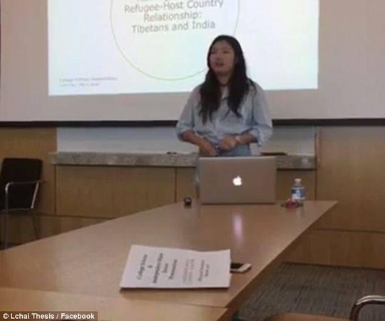 美国一女大学生穿内衣答辩 只为反抗老师批评