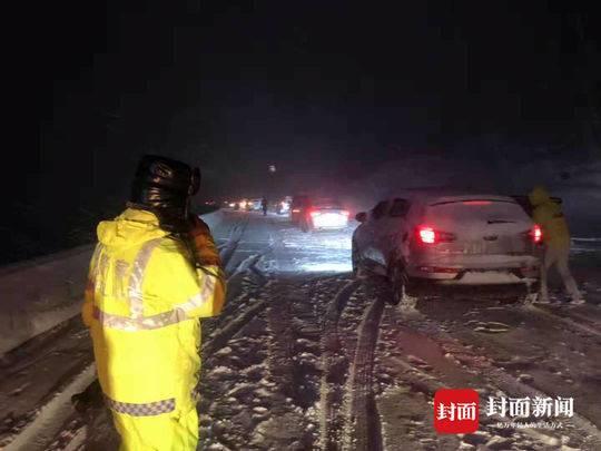 318国道折多山大雪车辆滞留10公里 当地110被打爆