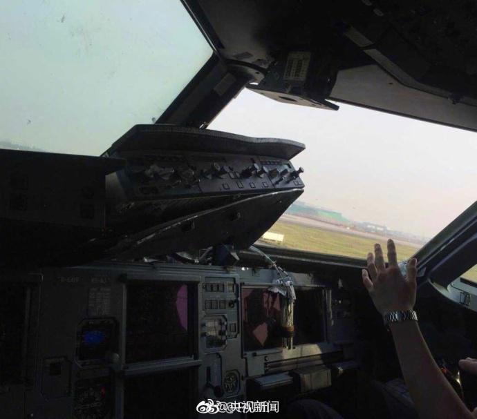 川航客机玻璃碎裂乘客吓哭 机组人员这样安慰他们