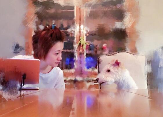 李小冉晒与爱犬亲吻照 未见祝贺谢娜怀孕引不和