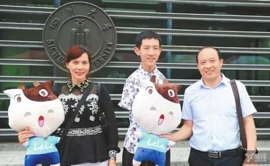 川大608分无臂考生 获中国大学生自强之星标兵